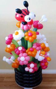 Корзина цветов из шаров с букашкой